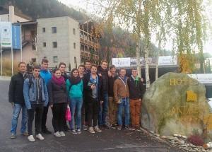 Die 4. Klasse Bauwesen der Technologischen Fachoberschule Meran vor dem Resort Andreus