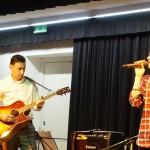 Musik der Schulband und ihrer Coaches begleitete durch die Feier