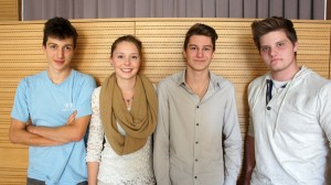 Bildtext: Michaela Gadner (Bildmitte) wird den Schülerrat leiten; ihr zur Seite steht als Stellvertreter Hannes Wieser (1.v.l.). Thomas Tarfusser (3.v.l.) und Asam Quirin (4.v.l.) vertreten uns im Landesbeirat der Schüler/innen.