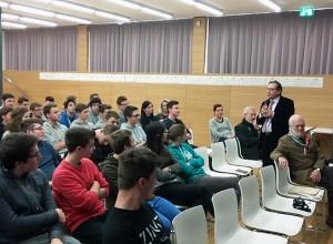 Ex-Senator Peterlini und seine Zuhörer von den Abschlussklassen