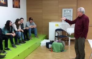 Der Historiker Leopold Steurer mit Schüler/innen der 5 BBW