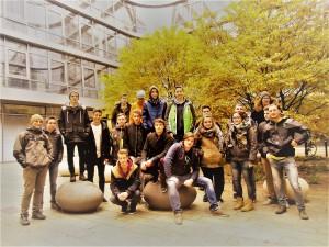 Klassenfoto im Innenhof des Siemens-Headquarter