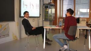 Selbstversuch im Bewerbungsgespräch: ein Schüler der 4. Klasse mit Robert Steger