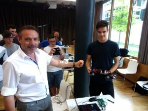 Vizedirektor Josef Prantl steuert ein Modellauto durch reine Muskelkontraktion