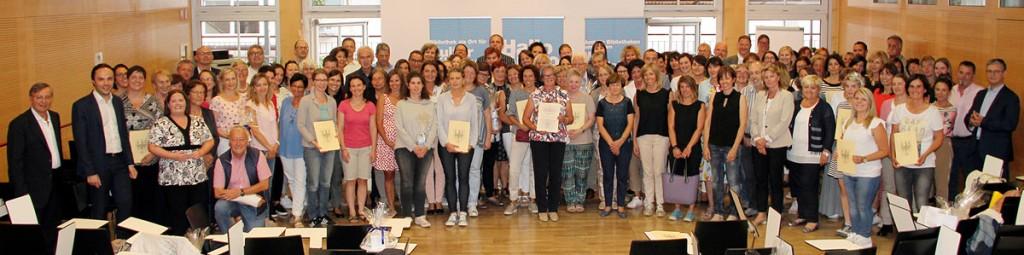 Gruppenbild mit Diplomen und Zertifikaten