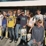 Die Schülergruppe vor dem Unternehmen Dr. Schär