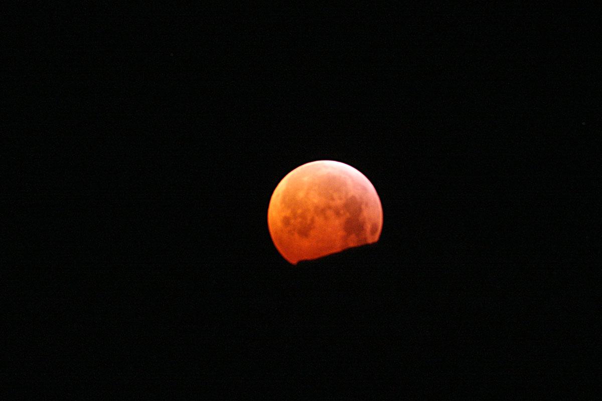 Verfinsterter Mond kurz vor dem Untergang